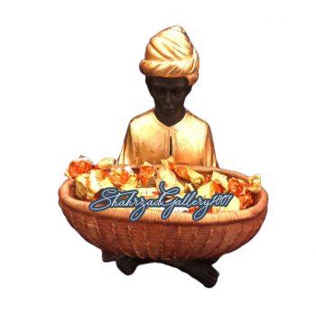 مجسمه مرد سبد به دست گالری شهرزاد