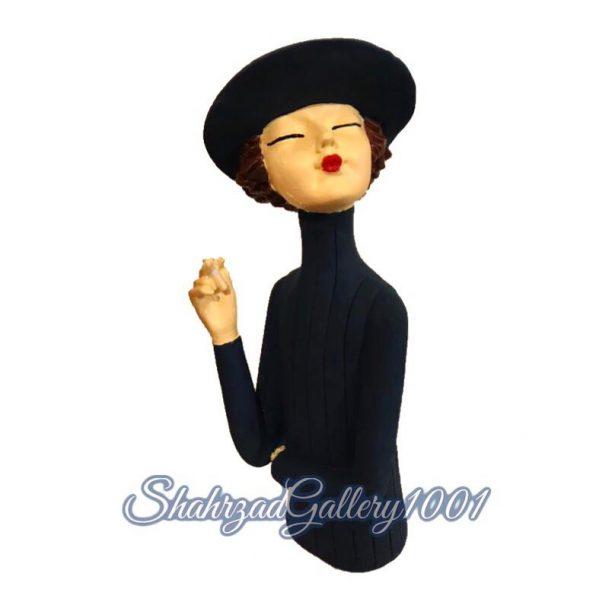 مجسمه دختر سیگار به دست گالری شهرزاد اسدی